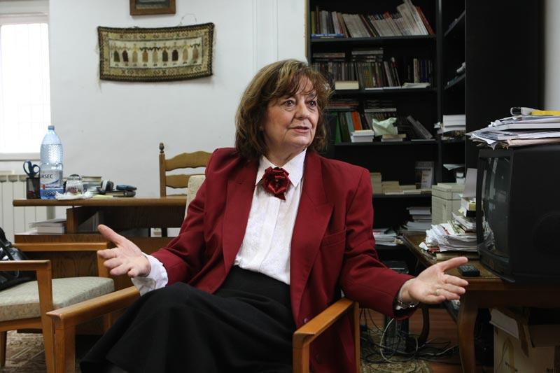 Poeta și scriitoarea Ana Blandiana - în biroul de la Fundația Academia Civică