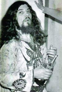 În tinerețe, Covaci, liderul trupei Phoenix, se dădea în vânt după vinul roșu. Îl prefera și acum, dar nu refuză nici o țuică bună sau o bere nefiltrată. // Fotografii: arhiva personală
