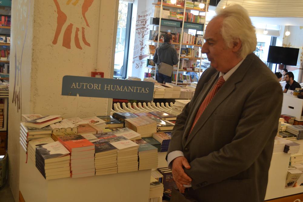 Lucian Boia, in fata standului cu carti - munca de-o viata a unui istoric pasionat de scris