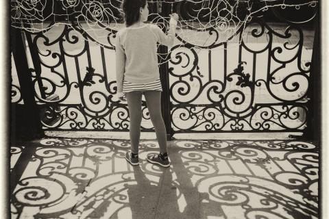 Fată la gard